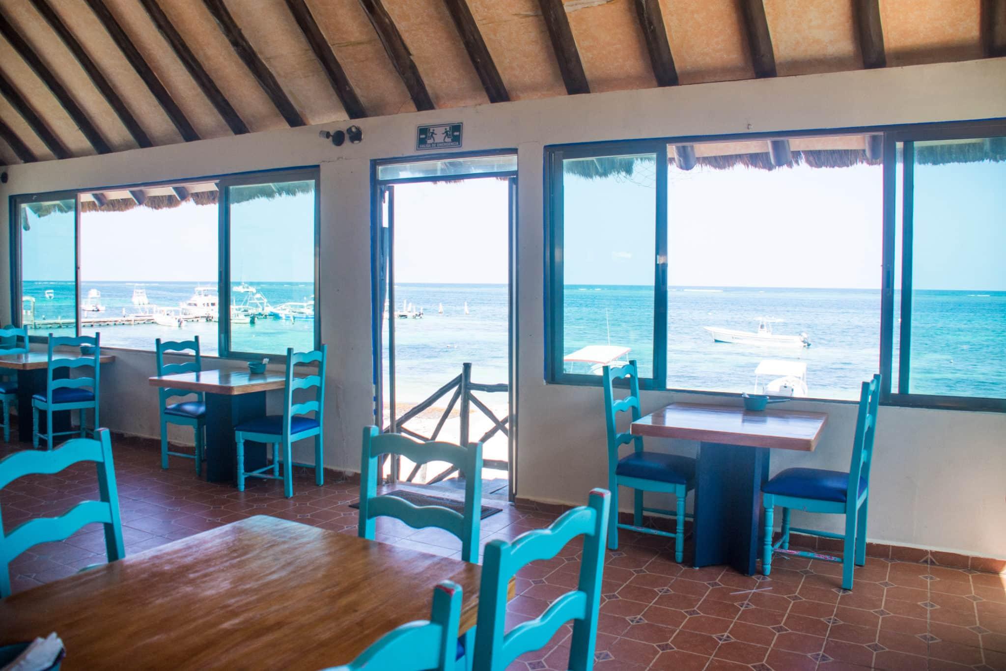 Restaurante-mesas-azules